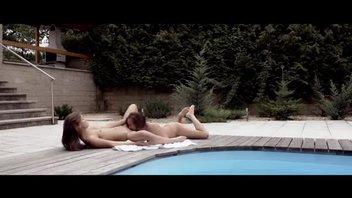 Возле дворового бассейна распутницы промышляли лесбиянским сексом