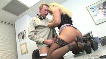 В кабинете мужик отработал зрелую грудастую прелестницу