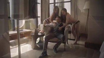 Мужику очень повезло заняться сексом с двумя прелестницами