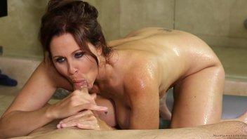 В ванной пышногрудая мамаша занималась развратом с парнем