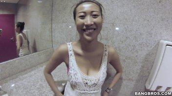 Эта худощавая азиатка умеет отлично подставлять дырочки