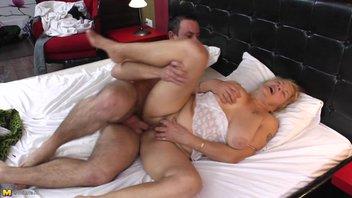 Похотливая старушка с удовольствием отдалась молодому трахарю
