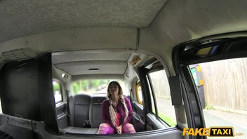 Шикарная зрелая испаночка вылизала таксисту яйца