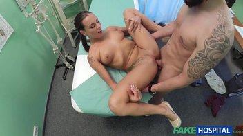 Молодая медсестра шпилится с пациентом в кабинете врача