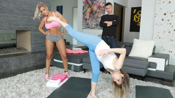 Две развратные блондинки устроили гимнастику и занялись куни