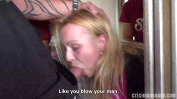 Блондинка отдается группе мужиков, очень мощный трах с блудницей