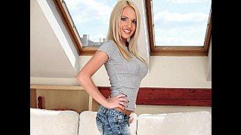 Блондинка с сочными сиськами созрела для ебли
