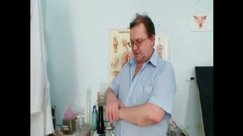 Гинеколог играет с киской своей пациентки в своем кабинете