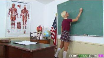 Испорченная белобрысая студентка ебётся со своим учителем