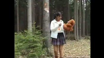 Молодая девушка трахает старика в лесу