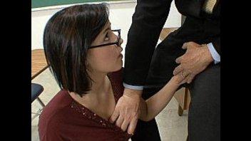 Молодая кобылка в очках удовлетворяет учителя
