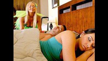 Пока жена спит можно трахнуть грудастую фею