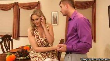 Секс с великолепной зрелой блондинкой на обеденном столе