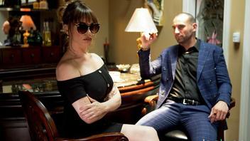Богатый и импозантный мужик встретился со своей любовницей в кабинете и не долго думая присунул в ее влажную пизду