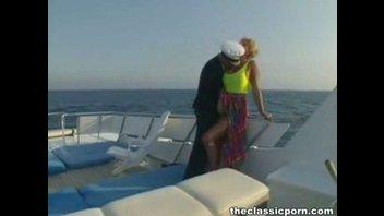 Зрелая блондинка с большими сиськами оттянулась на яхте